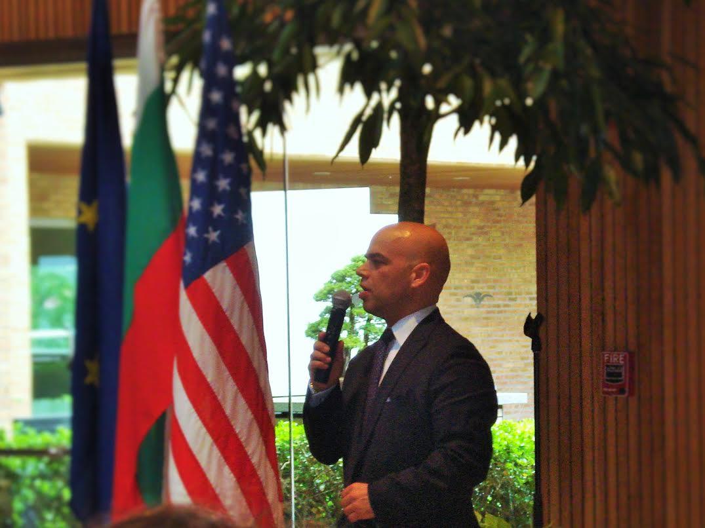 Ген.консул на Р. България в Чикаго г-н Симеон Стоилов приветства  празника
